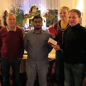 Gruppenaufnahme im Restaurant Süß. Vier Neumitglieder bekommen ihre Parteibücher vom stellvertretenden Vorsitzenden Andreas Stahl überreicht.