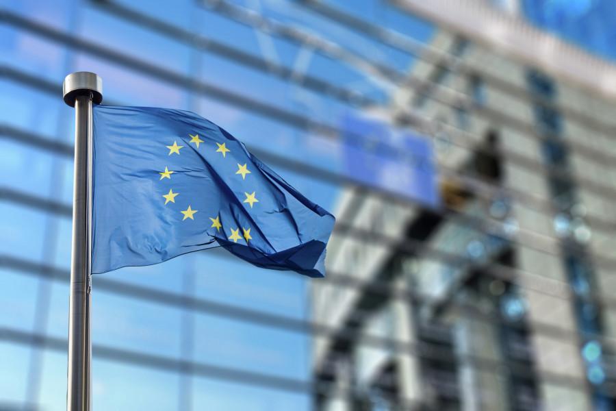 Fahne der EU vor Fensterwand