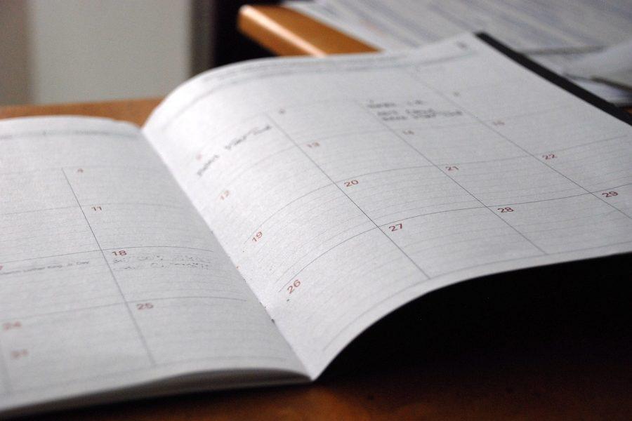 aufgeschlagener Buchkalender